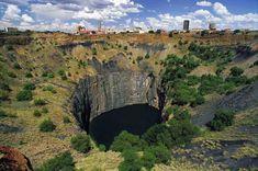 El Big Hole una antigua mina de diamantes 1.8 km de diámetro y paredes  verticales hasta una profundidad de 1,2 km en Kimberley (Sudáfrica)