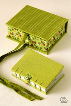 I love the binding!Easy / Good way to fasten the box! Handmade Journals, Handmade Books, Handmade Notebook, Cardboard Crafts, Paper Crafts, Book Crafts, Diy And Crafts, Diy Notebook, Diy Box