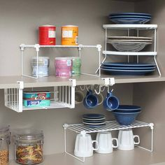 Maximize espaços, mantenha objetos da sua cozinha em ordem e dispostos de maneira que facilite o uso no dia-a-dia Organize os objetos em dois andares