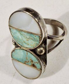 Ring, perhaps silver and turquoise. Jewelry Box, Jewelry Rings, Jewelry Accessories, Jewelry Design, Jewelry Making, Jewelry Ideas, Bling Bling, The Bling Ring, Turquoise Rings