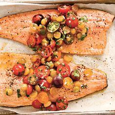 Filets de truite et salsa aux tomates et aux cerises de terre /  Une salsa piquante et colorée métamorphose ces filets de truite tout simples.