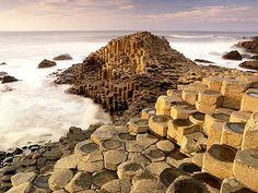 La Chaussée des Géants (patrimoine mondial de l'UNESCO) - Irlande, zone naturelle au pied des falaises. Regroupe 4 000 colonnes de basaltes dans l'eau.  Paysage de formation naturelle unique