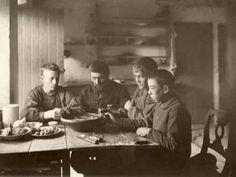 Middagen äts ur ett gemensamt grötfat. Skåne, Västra Klagstorps socken, 1902. Fotograf: Axel Sjöberg