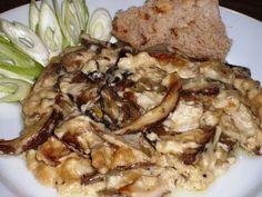 Pekáč vymastíme, dáme vrstvu kostiček cibule, vrstvu plátků hub, osolíme, opepříme, okmínujeme, přidáme snítky bylinek (já jsem použila rozmarýn,... Risotto, Pork, Meat, Chicken, Ethnic Recipes, Kale Stir Fry, Pork Chops, Cubs