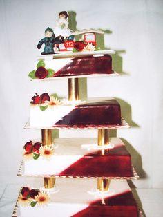 Wer die Welt rettet, verdient eine ordentliche Torte. Diese Hochzeits-Torte mit süßem Feuerwehrauto belohnt die mutigen Retter.