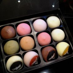 As you may know im Korean. And Mochi is a big part of dessert in Korea and Japan. Its a yummy dessert for everybody to enjoy :D Japanese Dishes, Japanese Sweets, Japanese Food, Strawberry Mochi, Japan Dessert, Mochi Cake, Delicious Desserts, Yummy Food, Gourmet Desserts