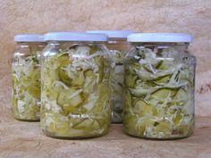 Csalamádé   2 kg uborka 2 kg fehér káposzta 1 kg paprika 1/2 kg vöröshagyma 1/2 kg zöld paradicsom  42 dkg cukor 15 dkg só 3 dl 10%-os ecet 1,5 dkg nátrium benzoát