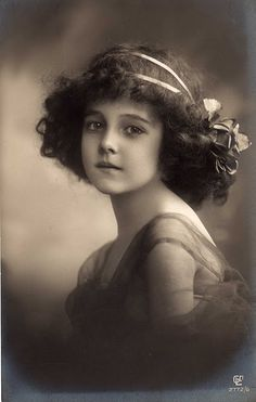 Little vintage Girl curly hair 20ies
