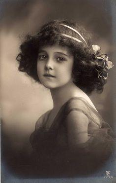 Little vintage Girl curly hair 20ies