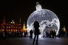 Ovaj ukras u centru Moskve je visok 11,5 metara i mogao bi dobiti prvo mjesto u Guinnessovoj knjizi rekorda kao najveći novogodišnji ukras na svijetu. Fotografija: Reuters.