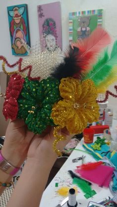 Peineta carnavalera Holiday Crafts, Holiday Decor, Girl Costumes, Hair Band, Christmas Wreaths, Carnival, Hair Accessories, Halloween, Creative