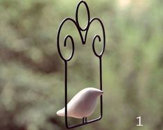 Móbile Passarito 1 Wire Crafts, Diy And Crafts, Metal Furniture, Wire Art, Bird Cage, Small Gifts, Garden Projects, Metal Art, Wind Chimes
