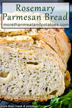 Do you want to make a savory herb and cheese bread from scratch? Well, we have a recipe for you! Try our homemade rosemary Parmesan bread recipe. Dutch Oven Bread, Dutch Oven Recipes, Bread Recipes, Real Food Recipes, Vegetarian Recipes, Healthy Recipes, Healthy Food, Parmesan Bread Recipe, Poppers Recipe