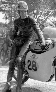 """Mike """"The Bike"""" Hailwood and his Manx Norton. All time legendary racer and gentleman Moto Norton, Norton Bike, Norton Manx, Norton Motorcycle, Cafe Racer Motorcycle, Racing Motorcycles, Classic Motorcycle, Cafe Racing, Road Racing"""