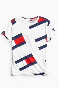 vibe t-shirt from Tommy Hilfiger, exclusively available at Urban Outfitters. Cut in a standard fit featuring an allover flag logo print and finished with … Camisa Nike, Camisa Polo, Mens Printed Shirts, Polo T Shirts, Cotton Shirts, Tommy Hilfiger Outfit, Champion Clothing, Le Polo, Mode Vintage