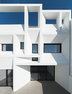 Housing located in a residential area near Valencia. It is a project in section (and in elevation), that provides aninteresting game of different interior heights, communicated by a light and sculptural staircase of steel and oak that...