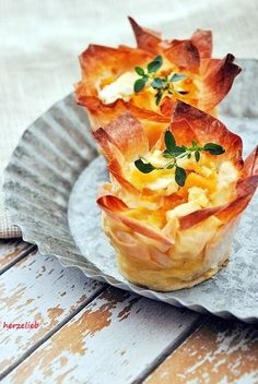 Pumpkin and feta in filo pastry recipe - finger food as a great snack!- und Feta im Filoteig Rezept – Fingerfood als toller Snack! Pumpkin and feta cheese in filo pastry Party Finger Foods, Party Snacks, Appetizers For Party, Appetizer Recipes, Snack Recipes, Halloween Appetizers, Fingerfood Recipes, Recipes Dinner, Best Pumpkin Muffins