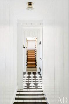 couloir - sol - rayure horizontale en bande régulière - damier noir et blanc en pose diagonale
