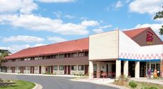 Red Roof Inn Ann Arbor North University Ann Arbor Located off Route 23, this smoke-free motel is 5 minutes from the University of Michigan North Campus and 5 miles from downtown Ann Arbor, Michigan.  It offers a daily continental breakfast.