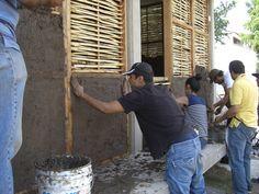 Un sistema constructivo milenial a base de palos y cañas entretejidos, con un terminado de barro o mortero.