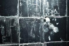 """Lo style concettuale, surreale, pulito e lineare interpreta i viaggi mentali e il carattere della stilista. L'uso di materie prime, pregiate e nobili, e il costante utilizzo di pelle d'agnello plongée, sono la prerogativa della maison.  """"La passione, la profondità dei concetti, la perfezione della tecnica e l'uso ossessivo dei migliori materiali sono gli elementi base per la creazione di ciò che sarà un'opera impeccabile."""""""