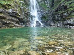 Im Schweizer Kanton Tessin findet man noch wunderbare Wasserfälle, die im Sommer zum Baden einladen. Kanton, Places In Switzerland, Secret Places, Wild Nature, Waterfall, Travel, Outdoor, Beautiful, Swiss Guard