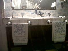 Empapelar y pintar el baño, un cambio de cara por poco dinero