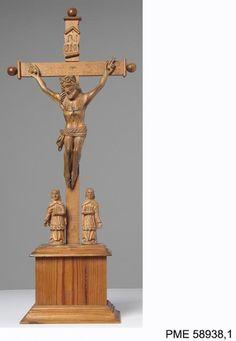 #Rzeźba przedstawiająca scenę #Ukrzyżowanie wykonana w drewnie i służąca najprawdopodobniej do umieszczania na domowym ołtarzu, II poł. XIX w. Pochodzi z kolekcji Andrzeja Delinikajtisa.Zakupiona z dotacji MKiDN.