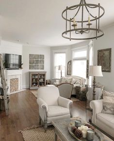 Stylish white home decor Cream Living Rooms, Cottage Living, New Living Room, Living Spaces, House Inside, White Home Decor, Beautiful Living Rooms, Decorating Your Home, Living Room Designs