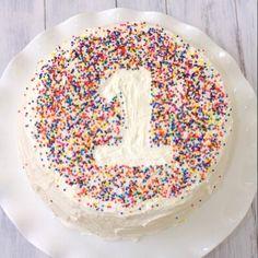 Una decoración bella y muy fácil de hacer para los cumplemeses o cumpleaños de nuestros pequeños! Corten en una hoja cartulina el número, colóquenlo suavemente sobre la torta con nevado y rocíen chispitas de colores o de chocolate! Listo!  #birthday #cake #DIY #decor #littleidea #Padgram