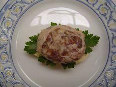 FIGATELLS - Ingredientes:  1 kg. de carne de cerdo picado, 200 gr. de hígado de cerdo picado, 2 huevos, pimienta negra, clavo molido, perejil, sal, mantellina de cerdo. Se amasan todos los ingredientes en  crudo, a excepción de la mantellina. Después, hacer unas bolitas con la  mezcla y se envuelven una a una con  la mantellina de cerdo formando los  figatells. Se pueden freir, asar a la plancha o hacer en barbacoa. FOTO: Restaurante Rafel de Pego