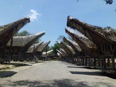 "Nospi Resianto: Tongkonan adalah rumah tradisional Toraja (Kete' Kesu) yang berdiri di atas tumpukan kayu dan dihiasi dengan ukiran berwarna merah, hitam, dan kuning. Kata ""tongkonan"" berasal dari bahasa Toraja  tongkon yang artinya duduk. Kete' Kesu ditetapkan sebagai cagar budaya oleh UNESCO, karena mempunyai keunikan budaya yang tak dimiliki tempat lain dan wajib dilestarikan."