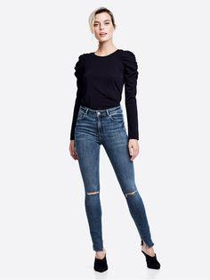 Comfort stretch jeans med høy midje og tettsittende passform. Hullete knær. Avklippet nederkant. NEVER DENIM. Blå