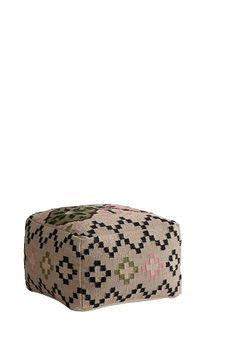 Sittepuff av 80% ull og 20% bomull med fyll av polystyrenkuler. Str 53x53 cm. Høyde 34 cm. Håndvevd, hver sittepuff har sitt eget unike utseende. <br><br>