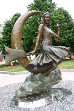 """Samantha, """"Elizabeth Montgomery"""" of 'Bewitched' memorial statue in Salem, MA."""