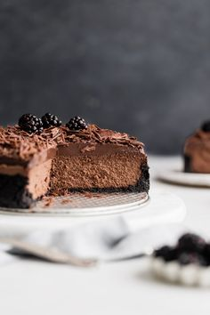 Chocolate Lover's Cheesecake. This chocolate lover's cheesecake is made with a crunchy cookie crust, a silky smooth chocolate filling and topped with a decadent layer of rich ganache. If you love chocolate, you'll fall head over heals for this cheesecake! Oreo Crust Cheesecake, Low Carb Cheesecake, Easy Cheesecake Recipes, Chocolate Cheesecake, Dessert Recipes, Party Recipes, Easy Chocolate Desserts, Chocolate Recipes, Chocolate Filling