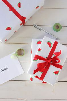 Watermelon Crafts - Hand Painted Watermelon Wrapping Paper - Easy DIY Ideas With Watermelons - Cute Craft Projects That Make Cool DIY Gifts - Wall Decor, Bedroom Art, Jewelry Idea Diy Wrapping Paper Designs, Personalised Wrapping Paper, Gift Wrapping, Wrapping Ideas, Diy Gifts On A Budget, Diy Design, Watermelon Crafts, Summer Crafts For Kids, Summer Diy