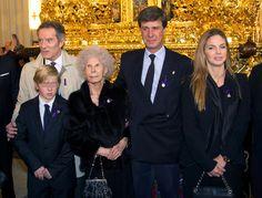 La duquesa de Alba celebra su 87º cumpleaños visitando en familia al Cristo de los GitanosDoña Cayetana estuvo acompañada en un día tan especial por su marido, su hijo Cayetano, la exmujer de éste, Genoveva Casanova, y el hijo de la pareja, Luis