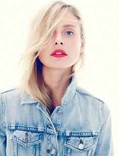Trait de lipstick vitaminé + veste en jean clair = le bon mix (look J.Crew)