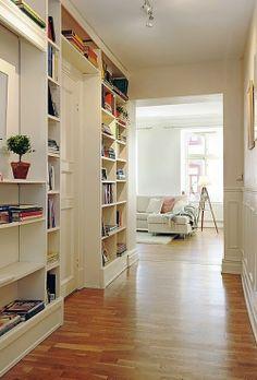 Aproveitando espaços / Organização: estante para livros na parede ao longo de um corredor.