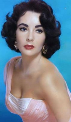 15 Old Hollywood Beauty Secrets You Won't Believe Elizabeth Taylor would shave her face for skin with a facial-like glow. Click through for 15 more Old Hollywood beauty secrets you MUST try: Old Hollywood Actresses, Hollywood Icons, Old Hollywood Glamour, Golden Age Of Hollywood, Vintage Hollywood, Classic Hollywood, Old Hollywood Makeup, Old Hollywood Stars, Elizabeth Taylor