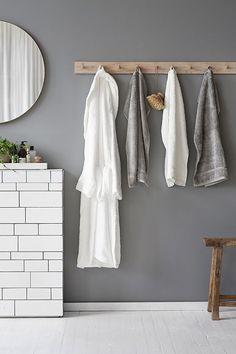 Bathroom wall with pegs for towels | Sponsrat inlägg: Åhléns BraVal