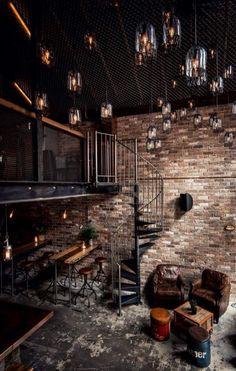 suspension en verre, loft incroyable avec mezzanine et lampes en verre pendantes du haut plafond