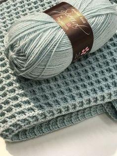 Gratis haakpatroon voor het haken van een ledikantdeken in de wafelsteek. Crochet Afghans, Crochet Afghan Stitch, Crochet Diy, Love Crochet, Crochet Stitches, Stitch Patterns, Knitting Patterns, Crochet Patterns, Crochet Patron
