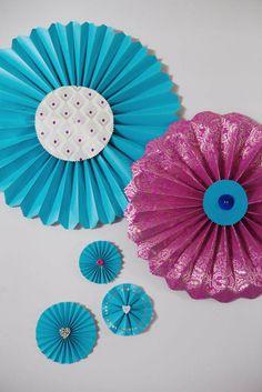 Hübsche #Papierfächer zum Selberbasteln. Das Tutorial dazu gibt es hier: http://www.rocknrollbride.com/2012/06/diy-tutorial-pretty-paper-fans/