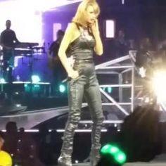 "Taylor Swift se irrita no palco da turnê ""1989"" ao ser puxada por fã #Bad, #Cantora, #Instagram, #Sucesso, #TaylorSwift, #Vídeo http://popzone.tv/taylor-swift-se-irrita-no-palco-da-turne-1989-ao-ser-puxada-por-fa/"