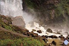 .::: Banco de Occidente :::. En la base de las caídas de agua suelen acumularse bloques de roca que han caído de la parte alta de los escarpes. Cascadas de Sueva, Cundinamarca.
