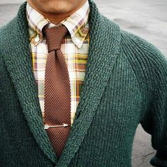 Warm spring outfit for men in earth tones. Green sweater with brown tie #sweater #necktie Mens Fashion Sweaters, Sweater Fashion, Sweater Outfits, Men's Fashion, Smart Styles, Tie Styles, Brown Tie, Winter Dress Outfits, Brown Outfit