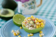 A fast and healthy meal: Tuna Filled Avocado. Healthy Snacks, Healthy Recipes, Ripe Avocado, Vegetarian Dinners, Avocado Recipes, Kid Friendly Meals, Tasty Dishes, Healthy Choices, Gourmet