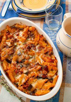 Pasta al forno con sugo di melanzane e pomodori secchi